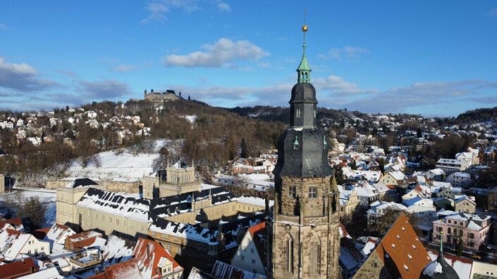 Dekoratives Bild. Panoramablick vom Turm der Morizkirche über die Ehrenburg zur Veste.