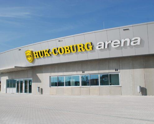 Aufnahme der HUK Coburg Arena bei Sonnenschein