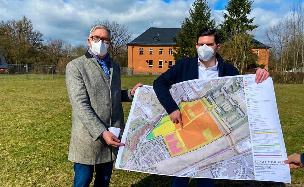 Regiomed Hauptgeschäftsführer Alexander Schmidtke (links) und Oberbürgermeister Dominik Sauerteig präsentieren die Pläne für den Klinikneubau auf dem BGS-Gelände