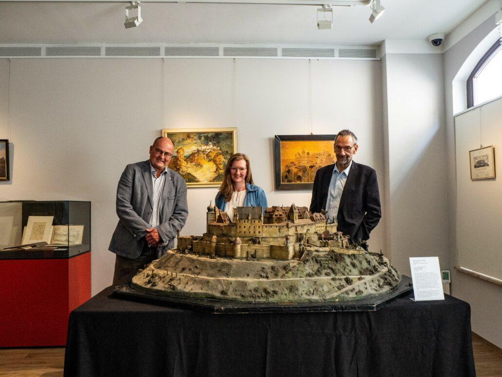 Von links: Norbert Anders, Leiter des Kultur- und Schulamtes, Christine Spiller, Leiterin des Puppenmuseums, 3. Bürgermeister Thomas Nowak